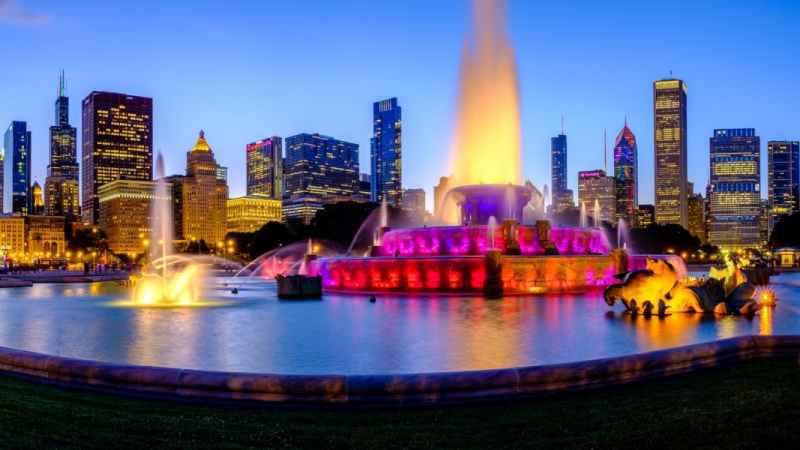 Buckingham Fountain and Chicago skyline, IL
